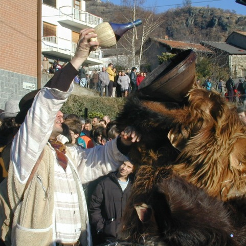 caccia-orso-mompantero-urbiano-italia-mascheramento-rituali