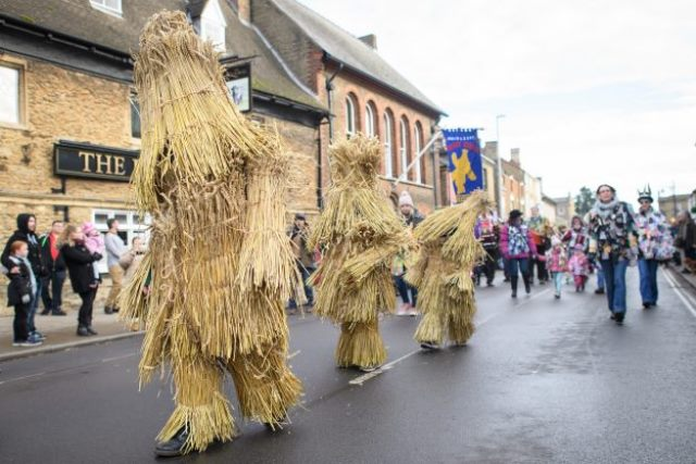 straw-bear-day-feinland-inghilterra-mascheramento-rituali