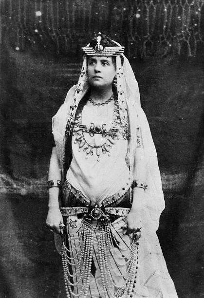 Eleonora Duse fu una delle maggiori attrici di fine 800 e inizio 900, filo rosso della sua  carriera è il turbolento rapporto con il teatro.